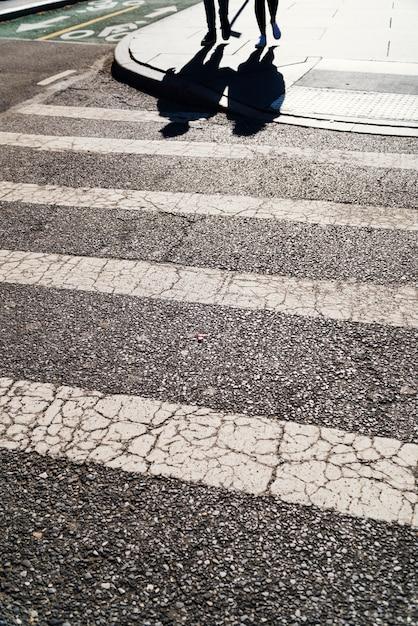 Zebrastreifen bei sonnigem wetter Kostenlose Fotos