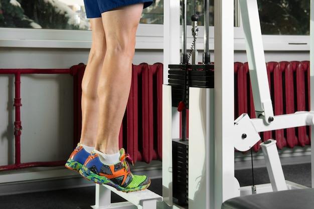 Zehenspitzen übungen mit schwerem gewicht Premium Fotos