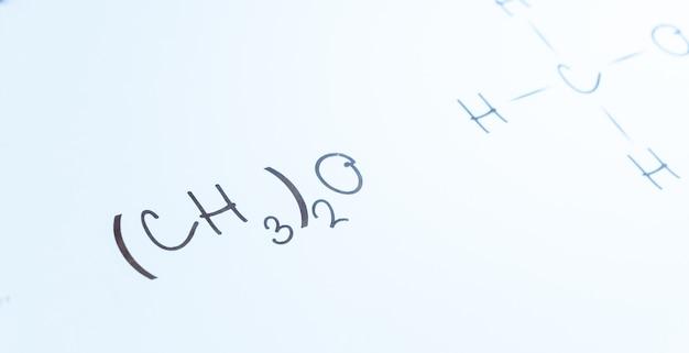 Zeichen der chemischen formel der handschrift auf dem weißen brett der collage Premium Fotos