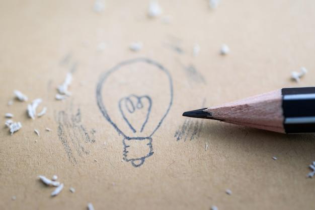 Zeichnen einer glühlampe der karikatur mit bleistift Premium Fotos