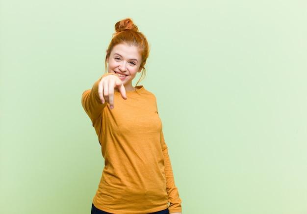Zeigen mit einem zufriedenen, selbstbewussten, freundlichen lächeln, wählen sie Premium Fotos