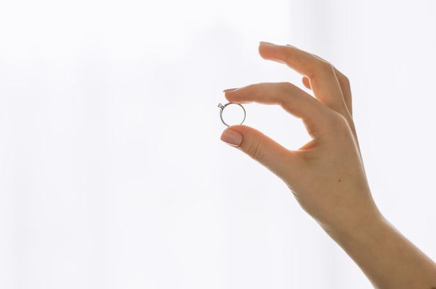 Zeigen sie ring auf dem finger, der auf weißem hintergrund lokalisiert wird Premium Fotos