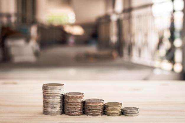 Zeile des münzengeldes für finanzielles wachstum, das investition speichert Premium Fotos