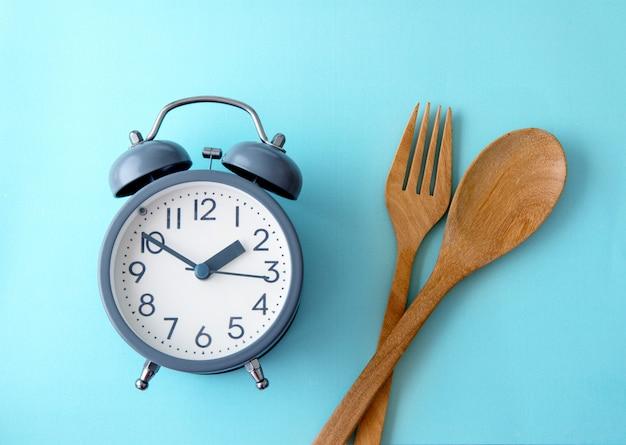 Zeit, gewicht zu verlieren, kontrolle zu essen oder zeit, konzept zu nähren Premium Fotos