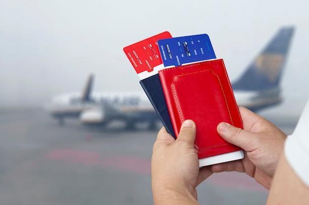 Zeit zu reisen. ein mann hält tickets und pässe Premium Fotos