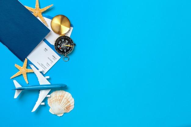 Zeit zu reisen. idee für den tourismus mit tickets und kompass auf blauem hintergrund Premium Fotos
