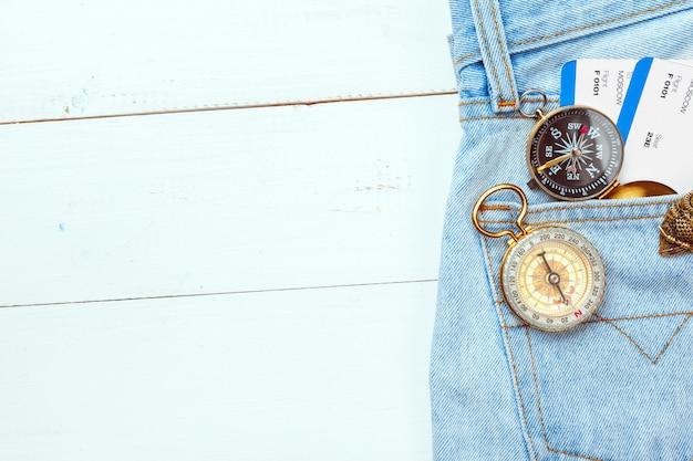 Zeit zu reisen. idee für tourismus mit kompass. Premium Fotos