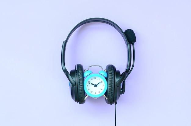 Zeitbegriff für hörende musik. wecker und kopfhörer Premium Fotos