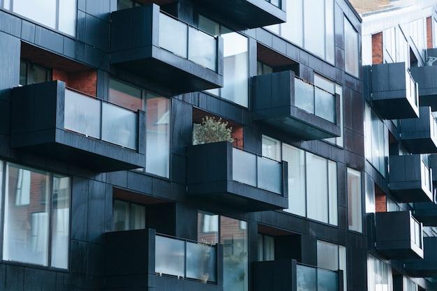 Zeitgenössische schwarze außenfassade mit balkonen Premium Fotos