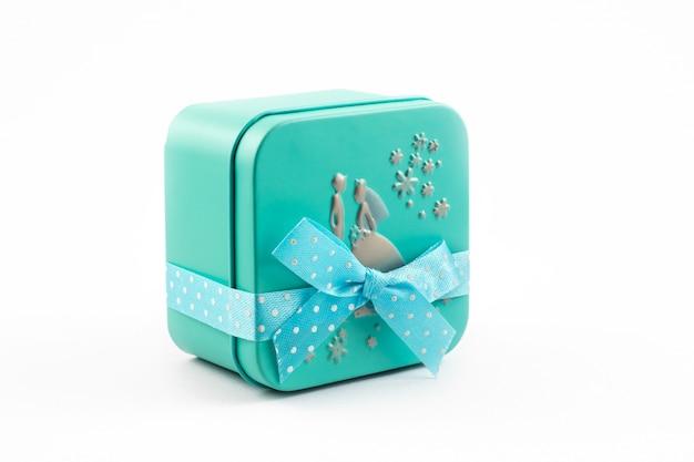 Zeitgeschenke, grüne geschenkbox mit band auf weißem hintergrund Premium Fotos