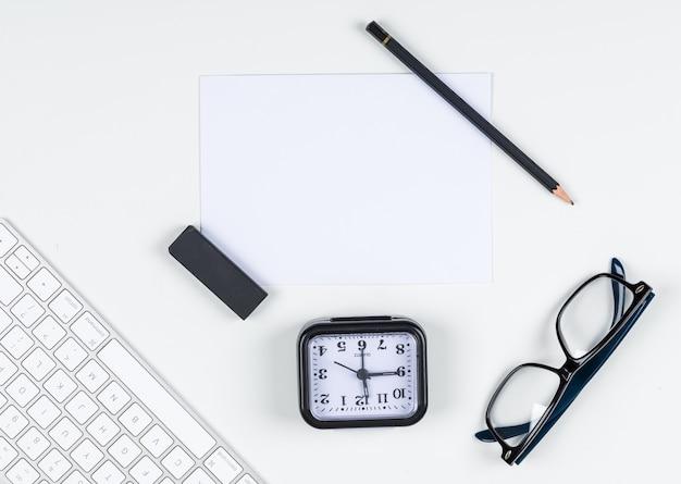 Zeitmanagementkonzept mit uhr, bleistift, radiergummi, brille, papier, tastatur auf weißem hintergrundraum für text, draufsicht. horizontales bild Kostenlose Fotos