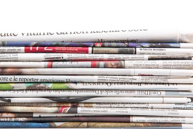 Zeitungen gefaltet, um einen hintergrund zu bilden Premium Fotos