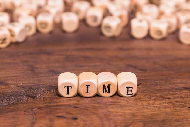 Zeitwort gemacht von den hölzernen würfeln Kostenlose Fotos