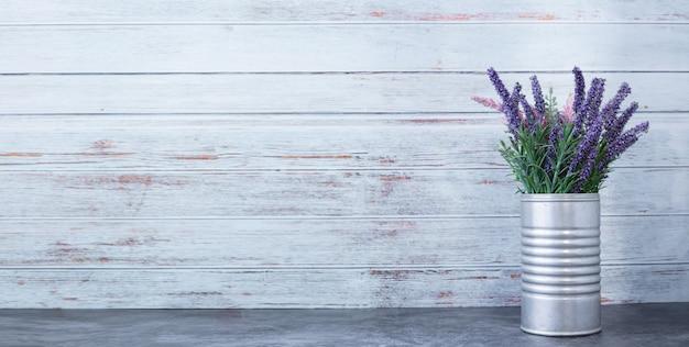 Zementtisch mit lila blume auf topf. Premium Fotos