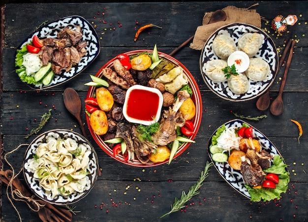 Zentralasiatische küche manti pelmeni knödel fleisch Premium Fotos