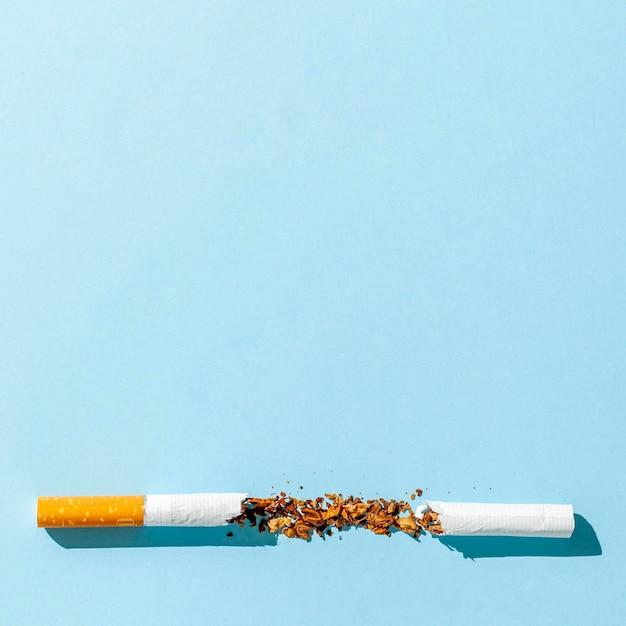 Zerbrochene zigarette mit kopierraum Kostenlose Fotos