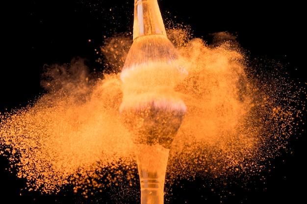 Zerkleinern von großen grundierpinseln mit farbpigment Kostenlose Fotos