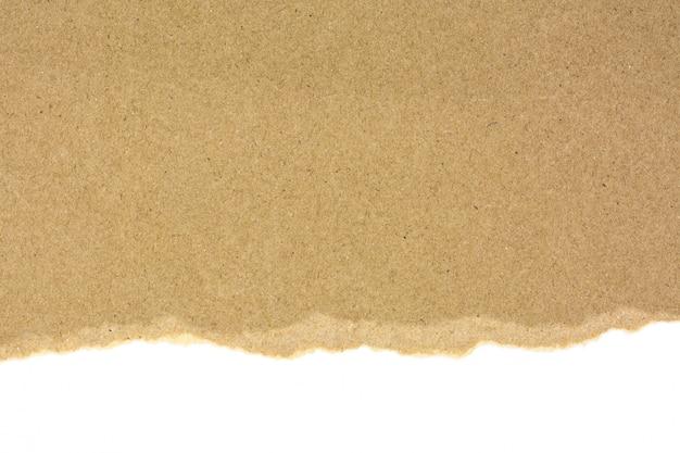 Zerrissen an einem braunen recyclingpapier lokalisiert auf weißem hintergrund Premium Fotos
