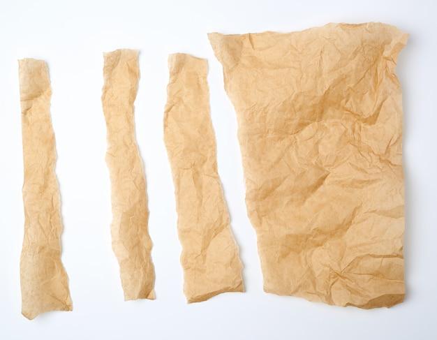 Zerrissene braune stücke pergamentpapier Premium Fotos