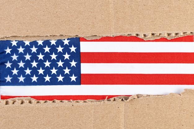 Zerrissenes papier mit amerikanischer flagge Premium Fotos
