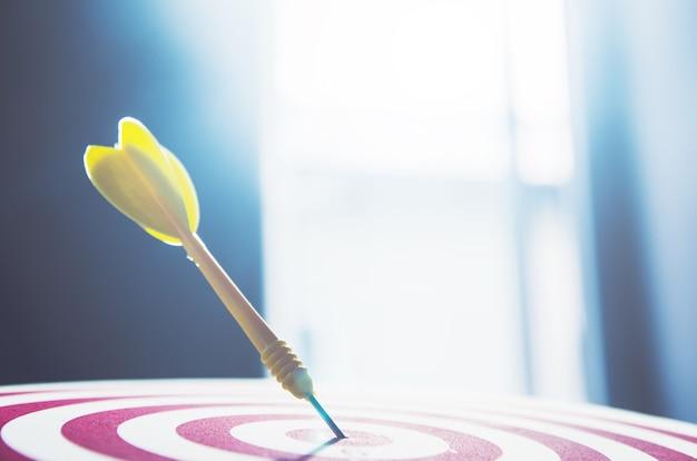 Zielpfeilstift auf mittelpunkt 10 punkt dartboard marketing-konzept. Premium Fotos