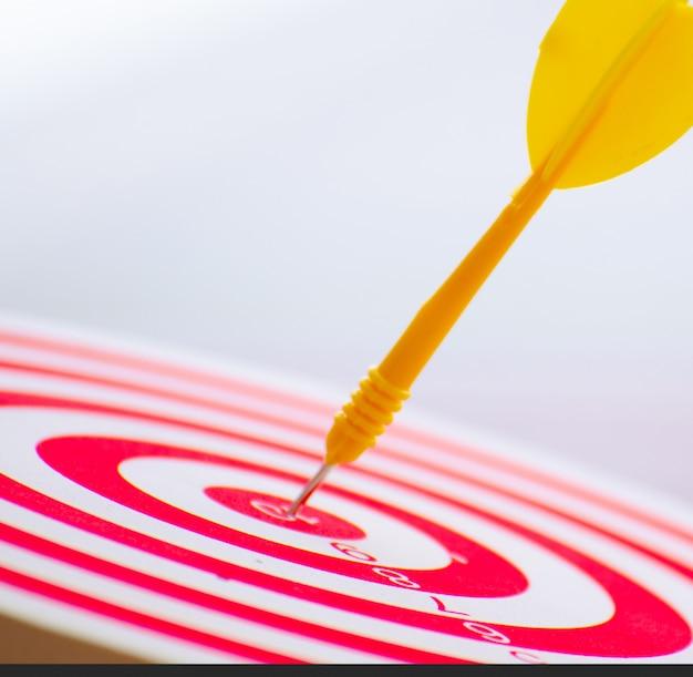 Zielpfeilstift in der mitte 10 punkt dartscheibe marketingkonzept. Premium Fotos