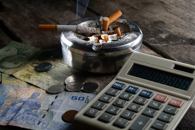 Zigarette und taschenrechner mit geld Premium Fotos