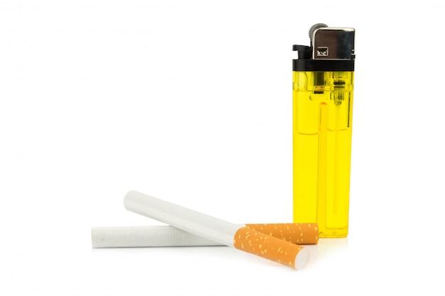 Zigaretten und feuerzeug lokalisiert auf weißem hintergrund Premium Fotos