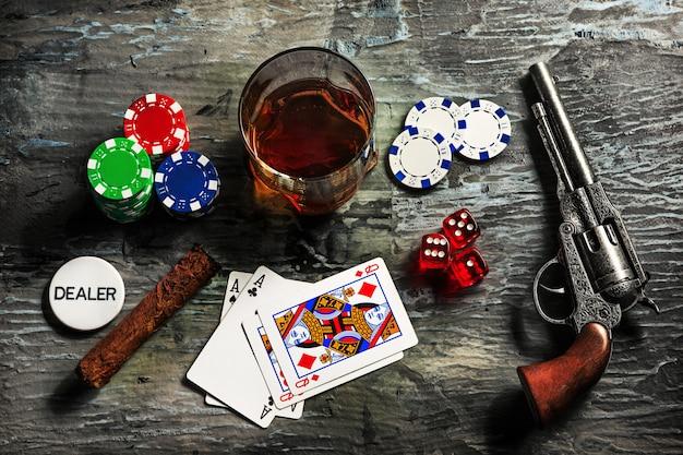 Zigarre, chips für glücksspiele, getränke und spielkarten Kostenlose Fotos