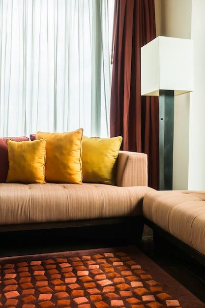 Zimmer mit weißen und braunen vorhänge Kostenlose Fotos