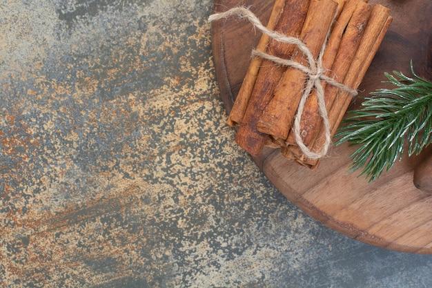 Zimtstangen im seil auf marmorhintergrund. hochwertiges foto Kostenlose Fotos