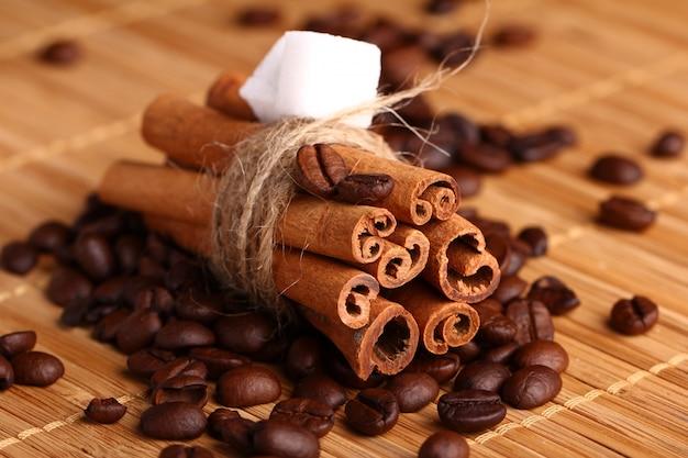 Zimtstangen und kaffeebohnen Kostenlose Fotos