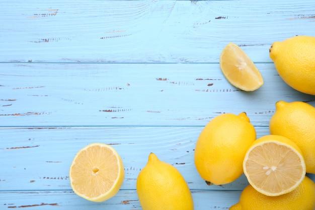 Zitrone getrennt auf blauem hintergrund. tropische frucht. Premium Fotos