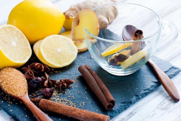 Zitrone, ingwer, zucker und gewürze - zutaten für einen würzigen wärmenden tee Premium Fotos