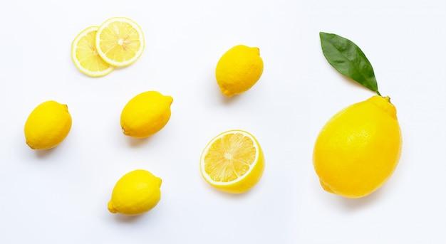 Zitrone und scheiben mit den blättern getrennt auf weiß Premium Fotos