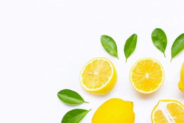 Zitrone und scheiben mit den blättern getrennt auf weißem hintergrund. Premium Fotos