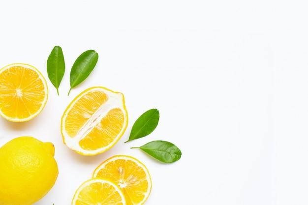 Zitrone und scheiben mit den blättern getrennt auf weißem hintergrund Premium Fotos