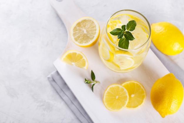Zitrone wasser hineingegossen Premium Fotos