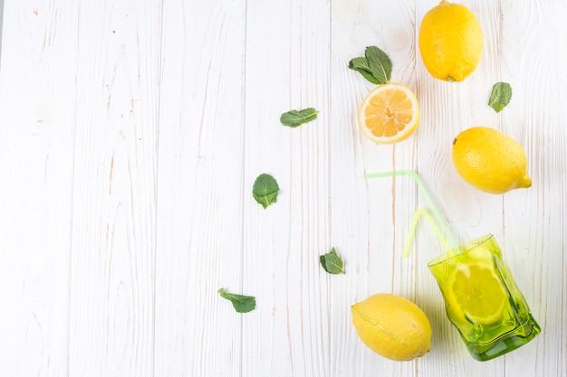 Zitronen und helles farbiges glas mit stroh Kostenlose Fotos