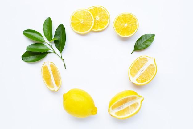 Zitronen- und scheibenrahmen mit den blättern lokalisiert Premium Fotos