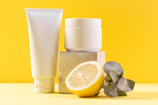 Zitronenhälfte und sahnebehälter Kostenlose Fotos