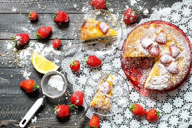 Zitronenkuchen mit erdbeerzuckerendenschokolade Premium Fotos