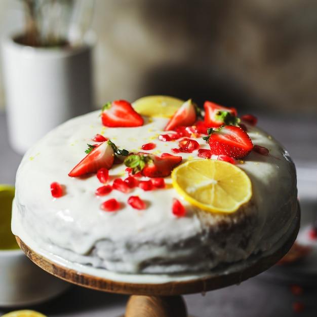 Zitronenkuchen mit frischen erdbeeren und granatapfelkernen Premium Fotos