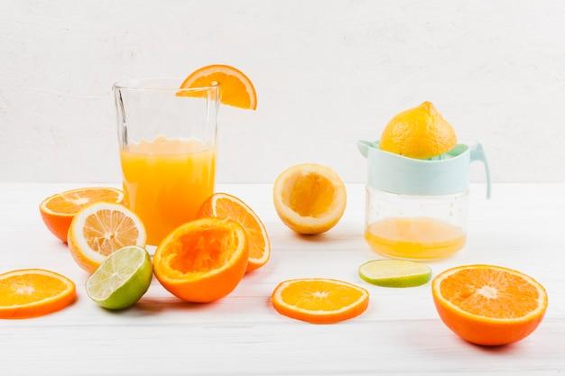 Zitronensaft aus frischen früchten zubereiten Kostenlose Fotos