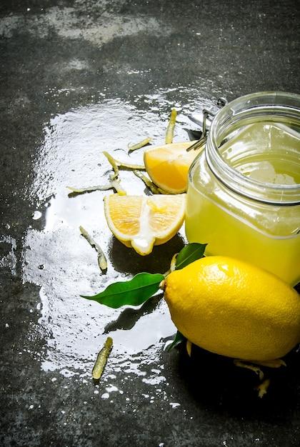 Zitronensaft mit frischen zitronenscheiben. auf dem steintisch. Premium Fotos