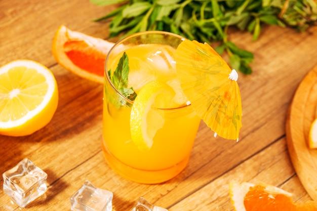 Zitronensaft mit pfefferminz und regenschirm Kostenlose Fotos