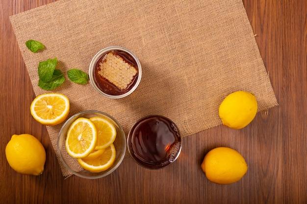 Zitronentee mit minzblättermischhonig kühle getränke im glas Premium Fotos