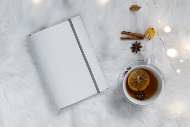 Zitronentee mit notizbuch auf flaumigem weißem plaid Kostenlose Fotos