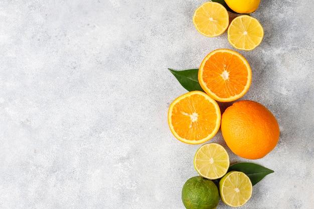 Zitrus-hintergrund mit verschiedenen frischen zitrusfrüchten Kostenlose Fotos