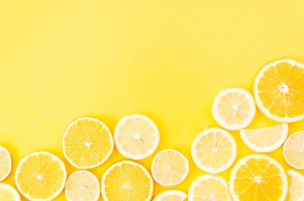 Zitrusfruchtkreise auf gelbem hintergrund Kostenlose Fotos